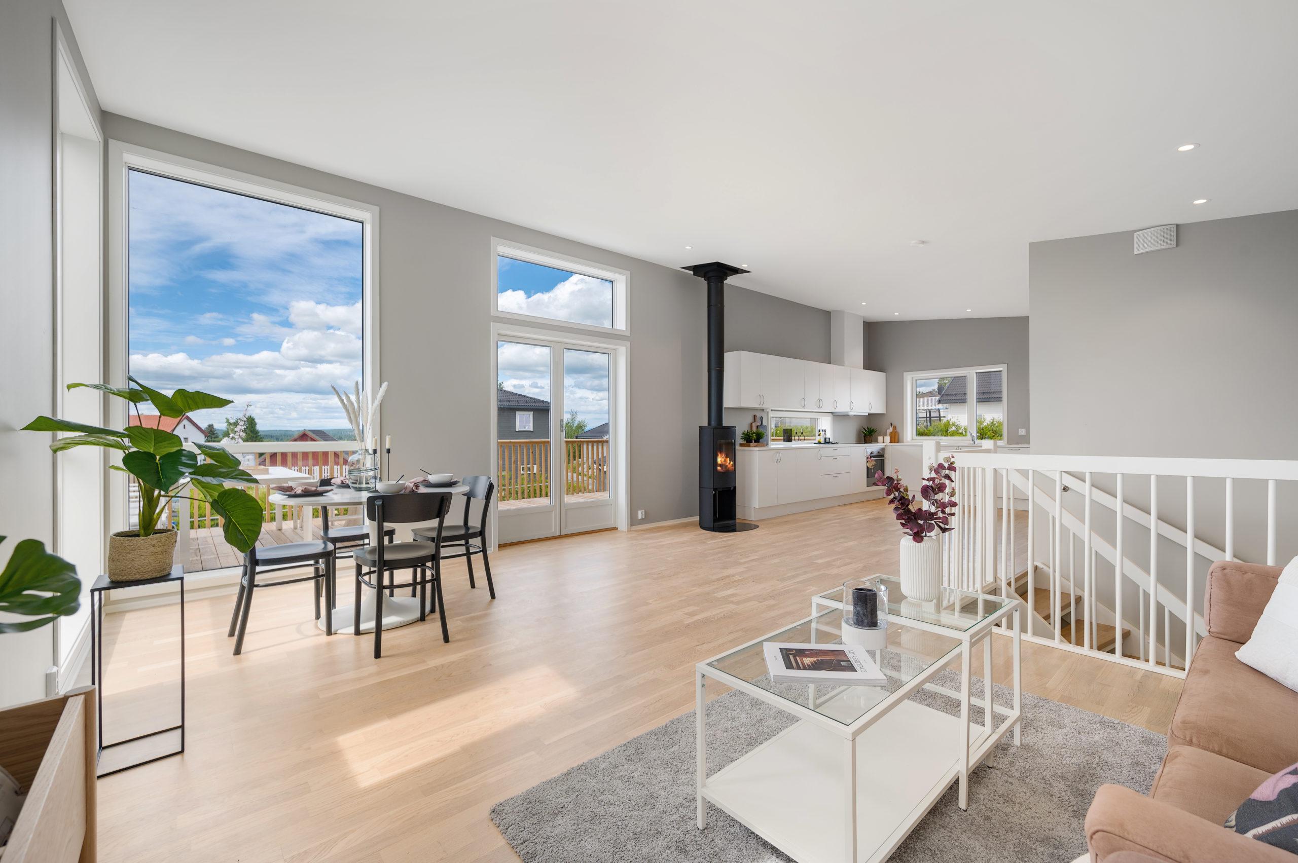 Enebolig Fjellfoten Hage: Romslig åpen stue og kjøkken med store vinduer